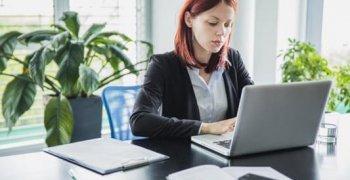 mulher-trabalhando-com-laptop-no-escritorio-moderno_23-2147656704 (Copy)